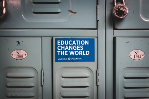 Spind mit dem Sticker: Education changes the World