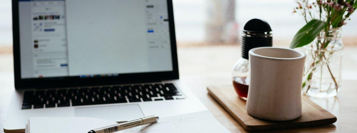 Symbolbild Online-Prüfungen: Computer, Kaffee, Notizbuch