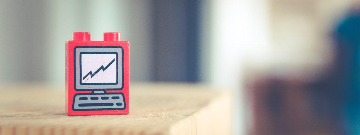 Legostein mit einem Computer drauf. Titelbild fürs Bildungsverständnis