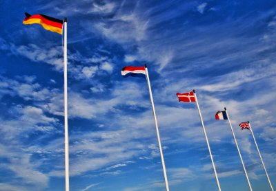 """International, aber nicht virtuell: Flaggen. Bild: Andres [https://www.flickr.com/photos/sheepies/3626054198 """"Fly the flag""""] [https://creativecommons.org/licenses/by-nc/2.0/ CC-BY-NC 2.0] via [https://www.flickr.com flickr.com]"""