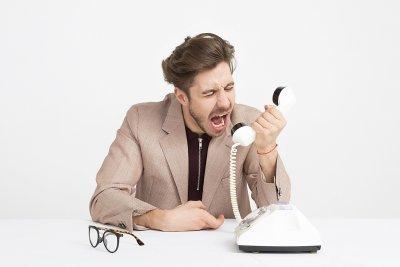 Mann schreit in Telefon: Ausschreibung EdTech-Kompass