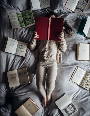 Kleinkind liest ein Buch