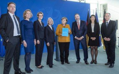 Übergabe des EFI-Jahresgutachtens 2019 an Bundeskanzlerin Angela Merkel.