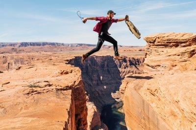 Mann springt über Graben - steht symbolisch für Digital Divide im Kontext von Digitalisierung und Gender