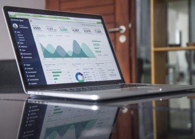 Laptop mit Statistiken und Grafiken