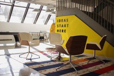 """lichtdurchfluteter, offener Arbeitsraum mit Schriftzug """"Ideas start here"""""""