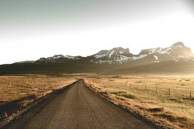 Straße in der Natur, im Hintegrund Berge