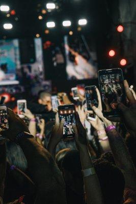 Viele Smartphones filmen ein Konzert